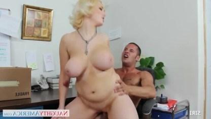 Блондинка захотела получить сперму на лицо и перепихнулась с коллегой