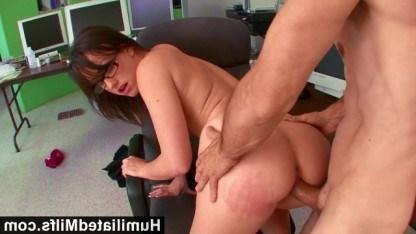 Коллега отвлекает от работы зрелую Jennifer White и устраивает с ней еблю