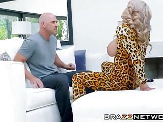 Лысый парень резво трахает грудастую зрелую блондинку в ее влажную пизду