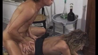 Мужик позарился на формы убирающей зрелой бабы и склонил ее к сексу