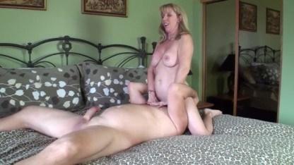 Напротив зеркала зрелая дама Carol Cox любуется на секс между собой и кавалером