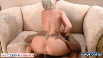 Большой член негра жестко трахает зрелую блондинку в узенькую пизду