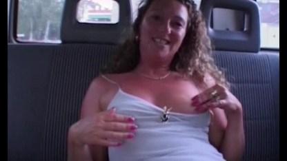 Галантный водитель жестко оттрахал зрелую даму в машине