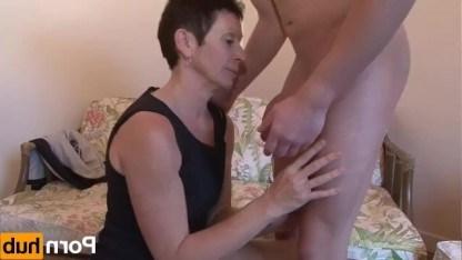 Зрелая дама пробует на кастинге вкус жопы парня и ебется с ним