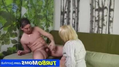 Русский пацан угостил зрелую даму членом, чтобы она не мастурбировала