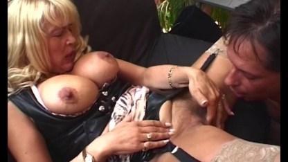 Ботан дорвался до сочной пизды зрелой дамы и сообразил ее трахнуть
