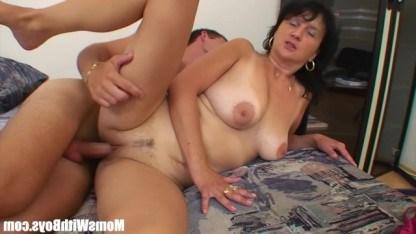 Парень показал зрелой мамке журнал и устроил с ней улетный секс