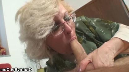 Старушка оказалась сексуальной проказницей и оприходовала длинный хер парня