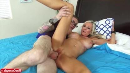 Воспитанный парень помог зрелой блонде, чтобы потом жестко ее оттрахать