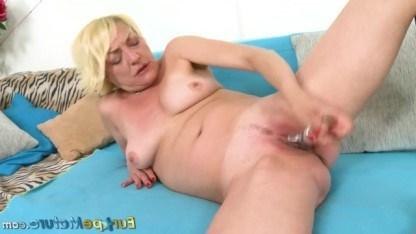 Зрелая блондинка пошалила со своей киской, мастурбируя ее секс-игрушкой