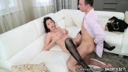 Зрелая брюнетка устала и решила отдохнуть при помощи секса с молодым парнем