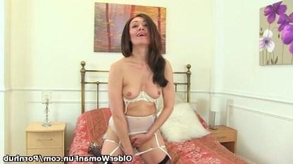 Зрелая красотка теребит свои соски и мастурбирует бритую киску