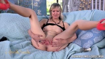 Зрелая мамка мастурбирует клитор и показывает режиссеру выбритые дырки