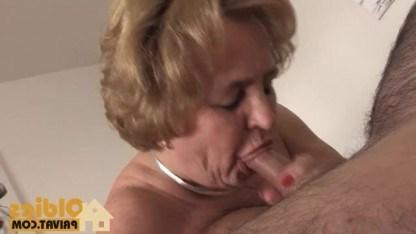 Зрелая жена нарядилась для мужа и устроила с ним бурную ночь любви