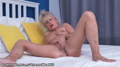 Зрелая женщина откровенно позирует на камеру и бережно дрочит пизду