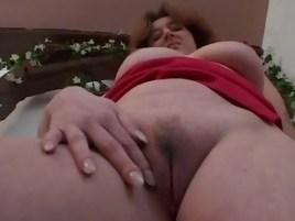 Мужик навестил зрелую подругу и заснял на камеру мастурбацию пизды